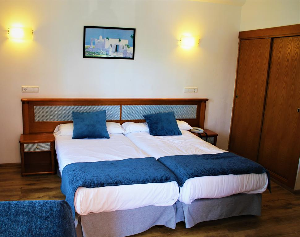 DOUBLE ROOM WITH EXTRA BED (3 ADULTS) in Marbel Hotel
